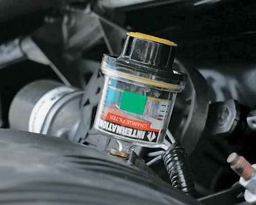 Воздушный фильтр оборудован датчиком, показывающим уровень его засоренности.